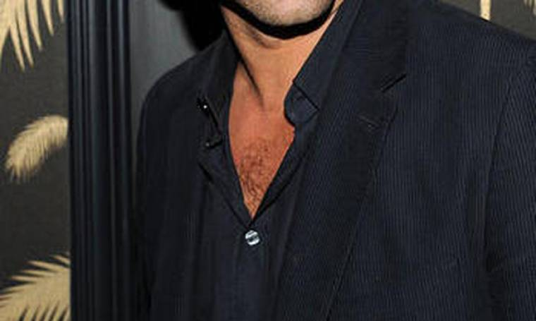 Έλληνας ηθοποιός έδειξε τα γυμνασμένα του οπίσθια - Πόζαρε χωρίς παντελόνι και χωρίς... εσώρουχο!