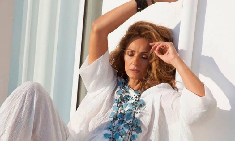 Βίκυ Κουλιανού: Στα 50 της ποζάρει για την νέα καμπάνια Έλληνα σχεδιαστή