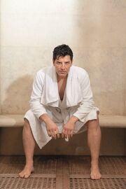 Ο Σάκης Ρουβάς στην πιο σέξι φωτογράφισή του – Δείτε τον στην μπανιέρα του