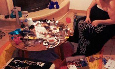 Πασίγνωστη Ελληνίδα ηθοποιός μετέτρεψε σε… εργαστήριο το σαλόνι της και φτιάχνει κοσμήματα!