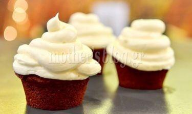 Red velvet cupcakes με γλάσο από τυρί κρέμα, του Γιώργου Γεράρδου