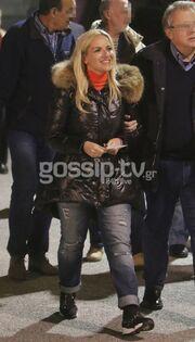 Κι όμως! Η Μαρία Μπεκατώρου ντύνεται και casual με σκισμένα τζιν!