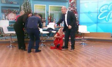 Έπεσε η Ελένη Μενεγάκη και σκίστηκε το παντελόνι του Γκουντάρα!