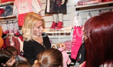 Η Ελένη Μενεγάκη διαλέγει παιδικά ρούχα