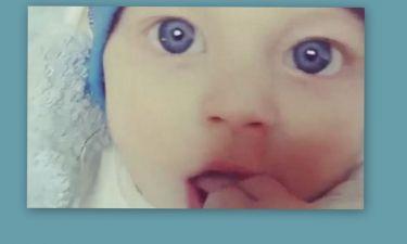 Αυτό το μωράκι είναι γιος γνωστού Έλληνα τραγουδιστή. Πάει κάπου το μυαλό σας; (βίντεο)