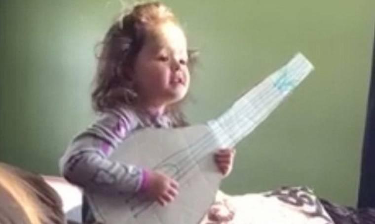 Απολαυστικό: Δείτε την 6χρονη να τραγουδά με την χάρτινη κιθάρα της (βίντεο)