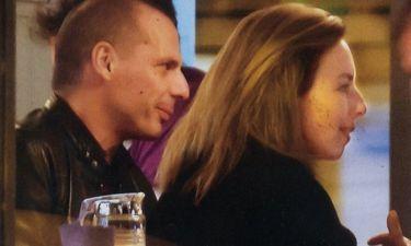 Γιάνης Βαρουφάκης: Με την σύζυγό του στα Πετράλωνα