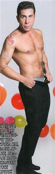 Ο Γιώργος Μαζωνάκης φωτογραφήκε γυμνός (φωτό)