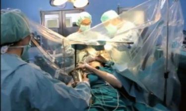 Οι γιατροί τον χειρουργούσαν στο κεφάλι κι αυτός έπαιζε σαξόφωνο! (βίντεο)