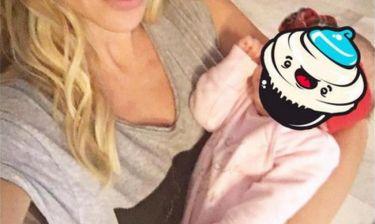 Ελληνίδα παρουσιάστρια αγκαλιά με το νεογέννητο (φωτό)