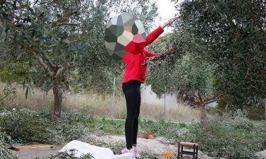 Ελληνίδα τραγουδίστρια έγινε αγρότισσα και μαζεύει τις ελιές στο κτήμα του συζύγου της!