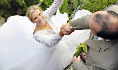 Τι συμβαίνει με τη νύφη που κρέμεται από έναν γκρεμό; Απίστευτο και όμως αληθινό (pics)