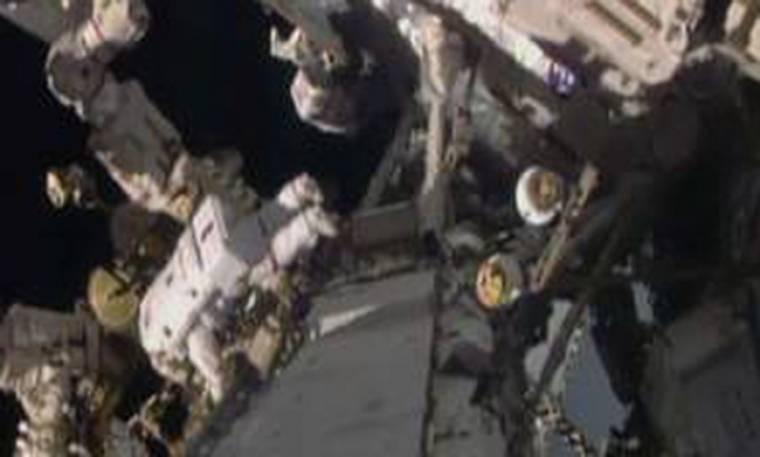 Δύο αστροναύτες μαστορεύουν αιωρούμενοι στο κενό
