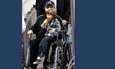 Σε αναπηρικό καρότσι γνωστός τραγουδιστής - Ανησυχία για την υγεία του (φωτό)