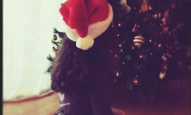 Η κορούλα γνωστής Ελληνίδας ηθοποιού κάθεται μπροστά στο Χριστουγεννιάτικο δέντρο!