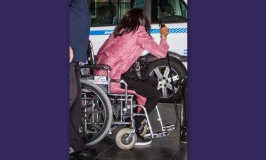 Σε αναπηρικό καροτσάκι η Ναόμι Κάμπελ