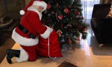 Ο Άγιος Βασίλης στο σαλόνι ζευγαριού της ελληνικής showbiz για τις κόρες του