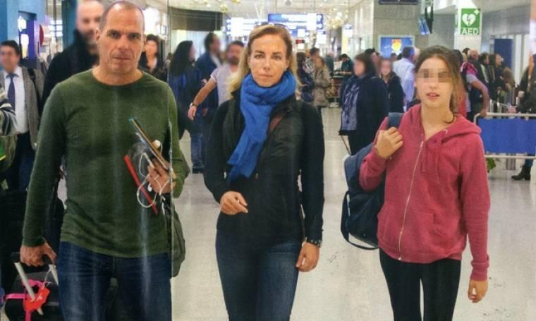 Γιάνης Βαρουφάκης - Δανάη Στράτου: Στο αεροδρόμιο για να υποδεχτούν την κόρη του!