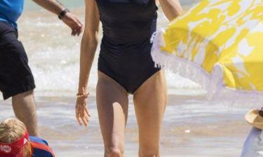 Η star σε μία σπάνια εμφάνιση στην παραλία: Στα 47 της έχει αυτό το απίστευτο κορμί