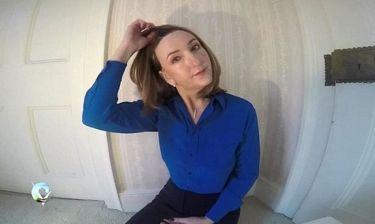 Παρουσιάστρια που δίνει αγώνα με τον καρκίνο βγάζει την περούκα της και δίνει δύναμη