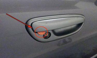 Αν δεις κέρμα στο χερούλι του αυτοκινήτου σου, ειδοποίησε αμέσως την αστυνομία! (video)
