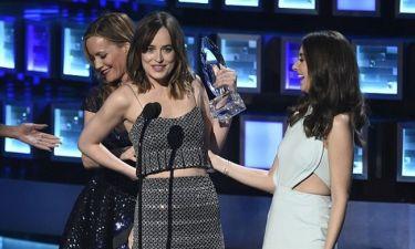 Άνοιξε το φόρεμά της πάνω στην σκηνή!