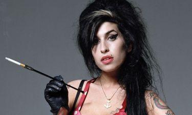 Νέες αποκαλύψεις από την μητέρα της Αmy Winehouse: «Έσβηνε τα τσιγάρα στα μάγουλά της»