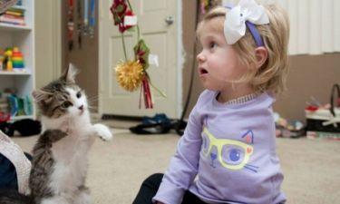 Η δίχρονη Σκάρλετ έχει χάσει το ένα της χέρι – το ίδιο και η γάτα της (pics&vid)