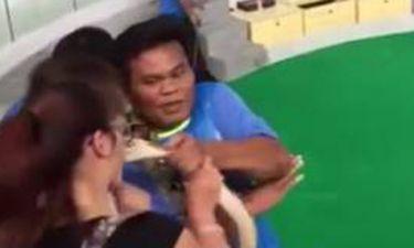 Βίντεο: Πύθωνας δάγκωσε τουρίστρια στο πρόσωπο