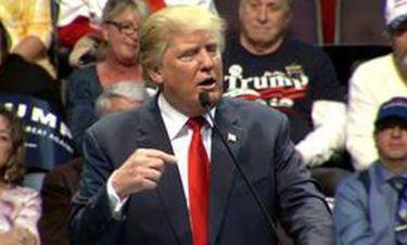Όταν ο Τραμπ «τσακώθηκε»... με το μικρόφωνο!