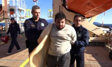 Βίντεο Σοκ: Λιμενικοί στη Σάμο αναγκάζουν Τούρκο δουλέμπορο να δει τα πτώματα τριών παιδιών! (video)