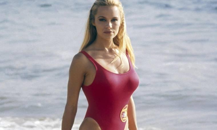 Pamela Anderson: «Έχω κλειδώσει το μαγιό του Baywatch μέσα σε χρηματοκιβώτιο»