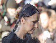 Celine Dion: Η συγκλονιστική στιγμή της πάνω από το φέρετρο για το «τελευταίο αντίο»