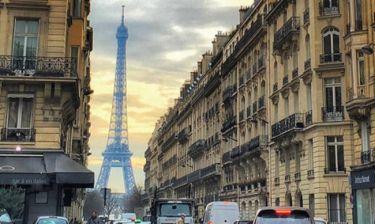 Έλληνας παρουσιαστής μας καλημερίζει από το Παρίσι!