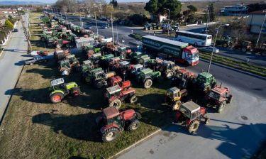 Λάρισα: Ξαφνικά όλοι κοίταζαν το πανό των αγροτών – Χαμός στο Facebook με το περιεχόμενό του (pic)