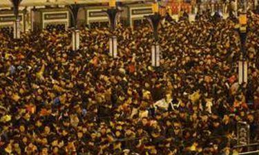 H μεγαλύτερη ουρά στην ιστορία: 100.000 άνθρωποι για μία θέση σε τρένο