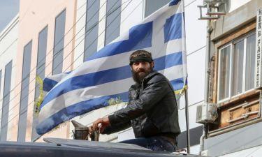 Ο Στάθης Στιβακτάκης διαμαρτύρεται με το… τρακτέρ του