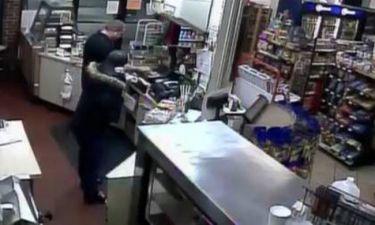 Βίντεο: Υπάλληλος ξυλοφόρτωσε επίδοξο ληστή