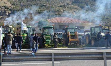 Αγρότες: «Κομμένη» στα δύο η Ελλάδα – Κρίσιμη σύσκεψη στη Νίκαια
