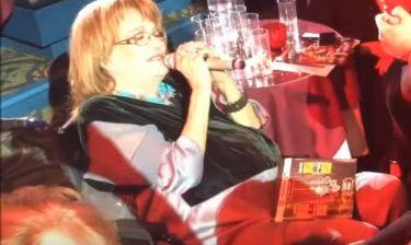 Σπάνια έξοδος: Η Μαίρη Χρονοπούλου στα μπουζούκια τραγούδησε «Του αγοριού απέναντι»