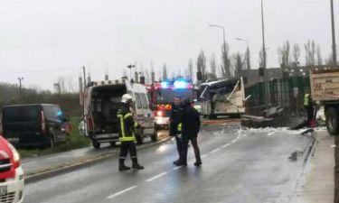 Τραγωδία: Έξι μαθητές μαθητές σε σύγκρουση σχολικού με φορτηγό (pics & vid)