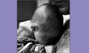 Τραγουδιστής απέκτησε παιδί, ενώ είναι σε σχέση με άλλη-Το πιστοποιητικό γέννησης του γιου του
