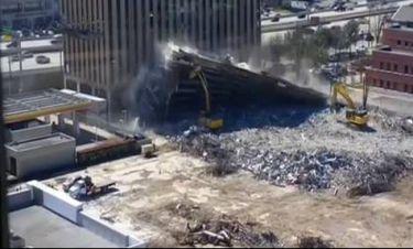 Επεισοδιακή κατεδάφιση: Κτίριο καταρρέει πάνω σε εκσκαφέα