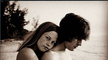 Αναγνωρίζετε την 16χρονη που ποζάρει γυμνή; Πρόκειται για αδημοσίευτη φωτογραφία διάσημης ηθοποιού