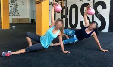 Γυμναστική παρέα με τη μητέρα της