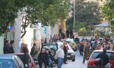Παντελής Παντελίδης: Πλήθος κόσμου έξω από το σπίτι του τραγουδιστή - Αναμένουν τη σορό του