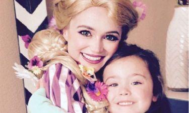 Μεταμορφώνεται σε πριγκίπισσες της Disney και προσφέρει χαρά σε άρρωστα παιδιά
