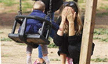 Τρυφερές στιγμές για τη Βίκυ Καγιά - Παίζει στην παιδική χαρά με την Bianca