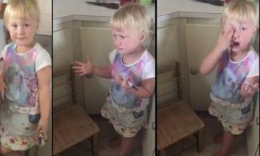 Κοριτσάκι «μεταμόρφωσε» τη μικρή του αδερφή σε ζέβρα με έναν μαύρο μαρκαδόρο
