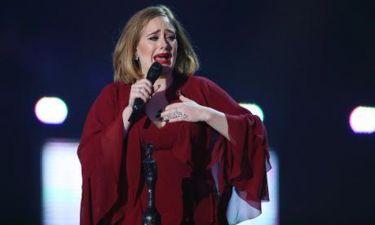 «Λύγισε» η Adele στα Brit Awards